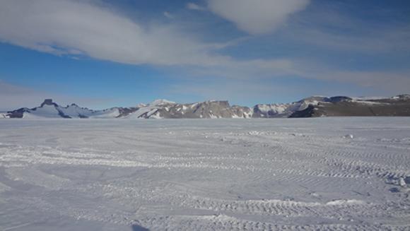 雪氷と南極の山々
