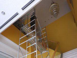 高所作業台に登りシャンデリアの管球交換
