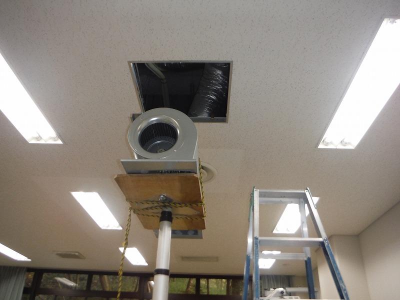 空気用アッパーで持ち上げて天井裏に運搬します。